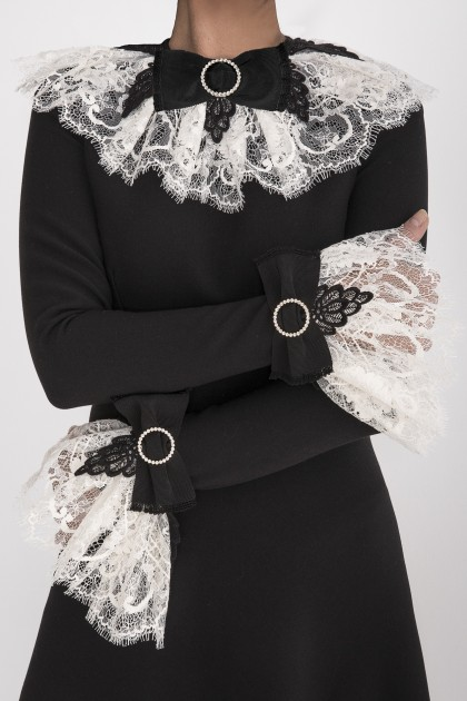 RUFFLED LACE COLLAR WITH SWAROVSKI BOW
