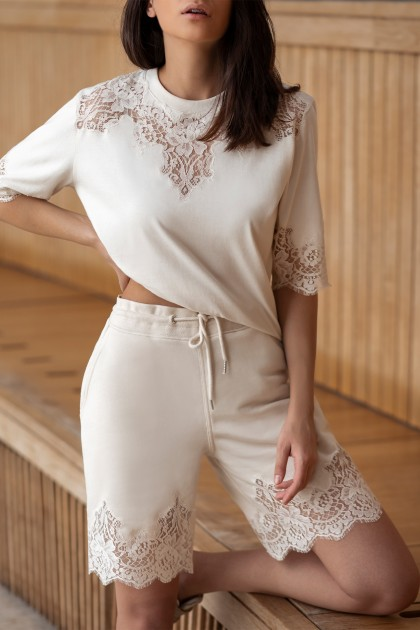 LACE INSERTS CREAMY SHORT PANTS